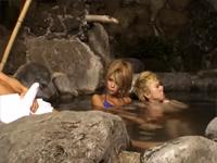 混浴露天風呂に入っている美形ギャルカップルの彼氏の死角に座り勃起チ○ポを見せつける!!いきり立つ股間に気づいたギャルは彼氏との会話中もチ○ポから目が離せない。 泉麻那 もりとまりな 希咲エマ(HARUKI、加藤はる希) [5]